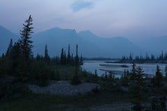 Bergen en rivier bij sinset Stock Foto's