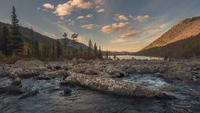 Bergen en rivier met stroomversnelling die in een vallei tussen berg op een zonnige de herfstdag timelapse stromen, Siberië stock footage