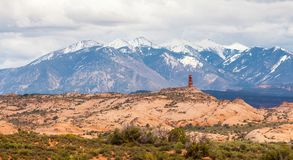 Bergen en rode rotsen op het horizonlandschap in het Bogen Nationale Park, Utah, de V.S. Stock Fotografie