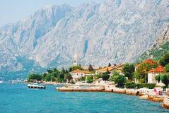 Bergen en vissersboten dichtbij stad Perast, Kotor-baai royalty-vrije stock afbeelding