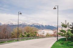 Bergen en weg in Sotchi Stock Afbeeldingen