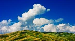 Bergen en wolken Stock Afbeeldingen