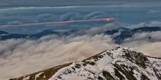Bergen en wolken bij zonsondergang Royalty-vrije Stock Afbeeldingen