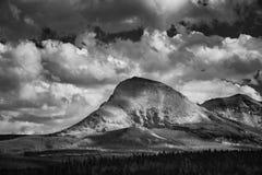 Bergen en Wolken op een humeurige middag stock afbeelding