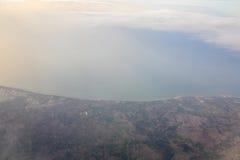 Bergen en Wolken van vliegtuig Royalty-vrije Stock Foto