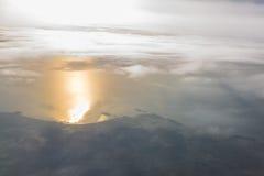 Bergen en Wolken van vliegtuig Stock Afbeelding