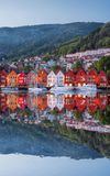 Bergen gata på natten med fartyg i Norge, UNESCOvärldsarv arkivfoton
