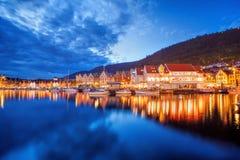 Bergen gata på natten med fartyg i Norge, UNESCOvärldsarv Arkivfoto