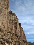 Bergen Gebaad in Zonlicht Witte wolken op de blauwe hemel royalty-vrije stock fotografie