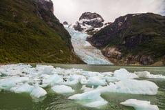 Bergen, gletsjer en meer bij puerto natales Royalty-vrije Stock Afbeeldingen