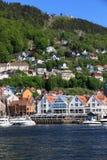 BERGEN HAMN, NORGE - MAJ 27, 2017: Privata fartyg på en rad alo Fotografering för Bildbyråer