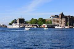 BERGEN HAMN, NORGE - MAJ 27, 2017: Privata fartyg på en rad alo Royaltyfria Bilder