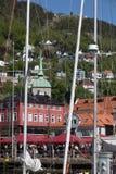 BERGEN HAMN, NORGE - MAJ 27, 2017: Privata fartyg på en rad alo Royaltyfri Foto