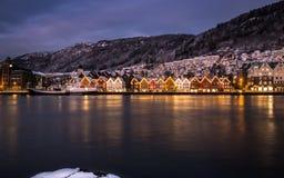 Bergen Harbor på vinternatten fotografering för bildbyråer