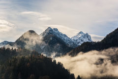 Bergen i dimman Arkivfoto