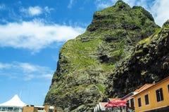 bergen i norden av ön av madeiran Arkivfoton