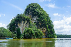 Bergen, klip en bos langs rivier in Krabi, Thailand royalty-vrije stock afbeelding