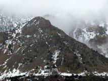 Bergen in lage wolkendekking Stock Foto
