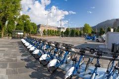 Bergen med cyklar för hyra i Norge Arkivbilder