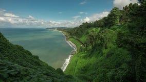 Bergen met bomen, het strandoverzees van de klippensteen, de tunnel van spoorwegsporen, botanische tuin op heuvel worden behandel stock videobeelden