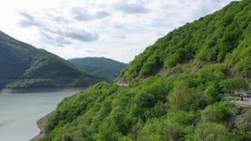 Bergen met bosmeer dichtbij de bergen worden behandeld die stock footage