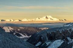 Bergen met een zonsopgang die door wolken wordt omringd royalty-vrije stock foto's