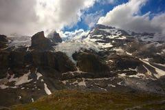 Bergen met gletsjer en pieken stock afbeeldingen