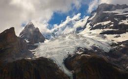 Bergen met gletsjer en pieken stock afbeelding
