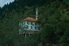 Bergen met moslimmoskee royalty-vrije stock fotografie