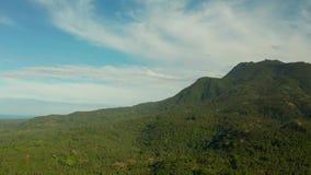 Bergen met regenwoud, Filippijnen, Camiguin worden behandeld die stock video