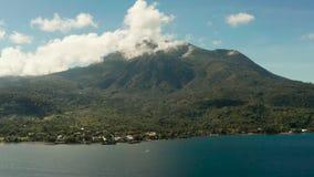 Bergen met regenwoud, Filippijnen, Camiguin worden behandeld die stock videobeelden