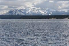 Bergen met sneeuw op meer Yellowstone bij het Nationale Park dat van Yellowstone worden behandeld Royalty-vrije Stock Foto's