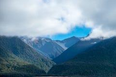 Bergen met stormachtige hemel tijdens de winter het bevriezen Royalty-vrije Stock Foto's