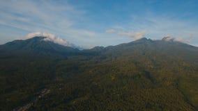 Bergen met tropisch boscamiguin-eiland Filippijnen stock footage