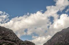 Bergen met wolken Royalty-vrije Stock Foto's