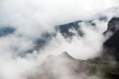 Bergen met wolken worden behandeld die Royalty-vrije Stock Afbeeldingen