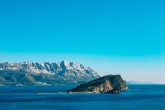 Bergen in Montenegro in de sneeuw, dichtbij de kust Budva Lovc Royalty-vrije Stock Foto's