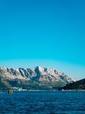 Bergen in Montenegro in de sneeuw, dichtbij de kust Budva Lovc Royalty-vrije Stock Fotografie