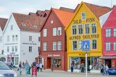 Bergen, Noorwegen, Scandinavi? 21 Juni 2016, Bergen de stad in, stadscentrum, vervoer, straatvoedsel, architectuur, gebouwen, stock afbeelding