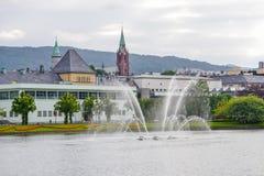 Bergen, Noorwegen, Scandinavi? 21 Juni 2016, Bergen de stad in, stadscentrum, vervoer, straatvoedsel, architectuur, gebouwen, royalty-vrije stock foto's