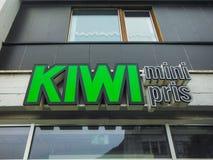 Bergen, Noorwegen, Scandinavi? 21 Juni 2016 is Kiwi minipris de stad in de goedkoopste kruidenierswinkelopslag in Noorwegen, Berg stock fotografie