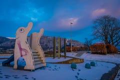 BERGEN NORGE - APRIL 03, 2018: Den utomhus- sikten av något spelar i en lekplats som lokaliseras i en parkera av staden av Bergen Royaltyfria Foton