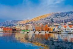 Bergen Norge - April 03, 2018: Härlig utomhus- sikt av historiska byggnader i Bryggen- den Hanseatic hamnplatsen i Bergen Royaltyfri Foto