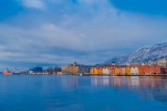 Bergen Norge - April 03, 2018: Härlig utomhus- sikt av historiska byggnader i Bryggen- den Hanseatic hamnplatsen i Bergen Royaltyfria Foton