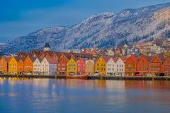 Bergen Norge - April 03, 2018: Härlig utomhus- sikt av historiska byggnader i Bryggen- den Hanseatic hamnplatsen i Bergen Arkivbild
