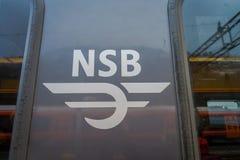 Bergen Norge - April 03, 2018: Slut upp av den selektiva fokusen av NSB-ordet som är skriftlig i ett modernt drev inom av station Arkivbild