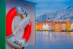 Bergen Norge - April 03, 2018: Stäng sig upp av en lifesaver med utomhus- sikt av historiska byggnader bakom i Bryggen- Arkivbilder