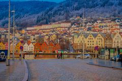 Bergen Norge - April 03, 2018: Ursnygg utomhus- sikt av historiska byggnader i Bryggen- den Hanseatic hamnplatsen i Bergen Royaltyfri Foto