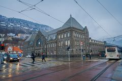 Bergen Norge - April 03, 2018: Utomhus- sikt av folk som går i gatorna, kollektivtrafiken och de gamla byggnaderna med Arkivfoto