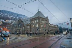 Bergen Norge - April 03, 2018: Utomhus- sikt av folk som går i gatorna, kollektivtrafiken och de gamla byggnaderna med Royaltyfria Foton